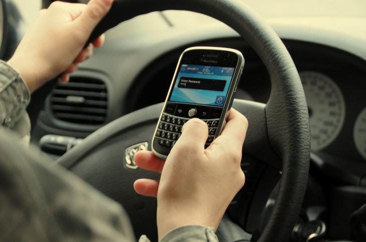 Ecrire des textos en conduisant: La moitié des conducteurs adultes sont coupables